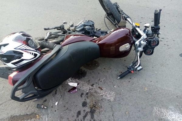 После аварии водителя без прав и пассажира госпитализировали