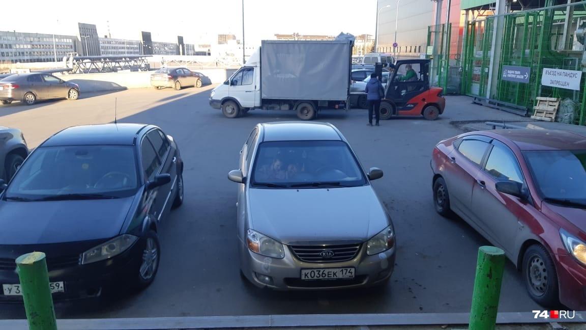 Машин на парковке около магазина немало