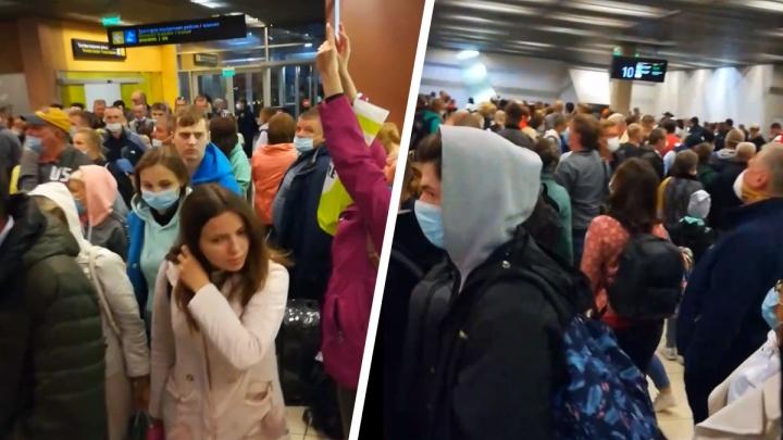 Власти объяснили, почему туристам в Кольцово пришлось пять часов стоять в очереди, чтобы сдать тест на COVID