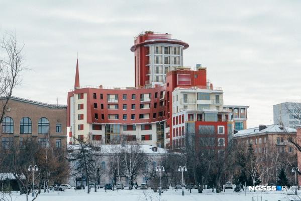 Здание «Нового пионера» как минимум выделяется на фоне соседних построек