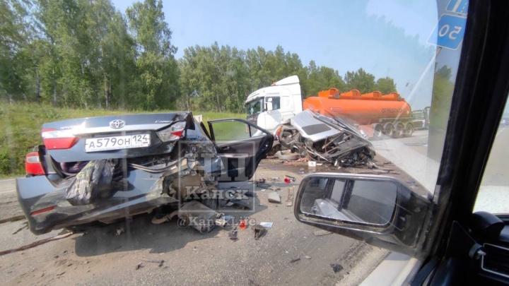 На трассе под Канском разорвало две легковушки: в аварии погибли 4 человека, еще трое пострадали