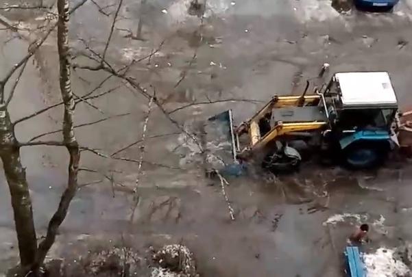 Можно смотреть вечно: в соцсетях обсуждают видео с трактором, который разгребает лужу