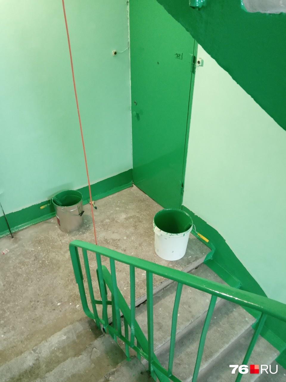 Двери и перила покрасили в ярко-зеленый цвет