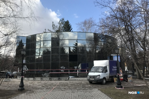 16 апреля в Первомайском сквере начали сносить двухэтажное кафе