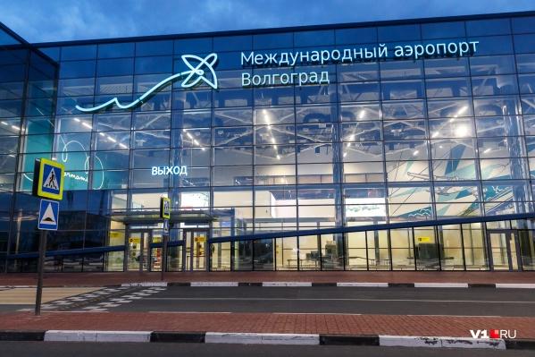 Лайнер с больным пассажиром приземлился в Волгограде поздно ночью