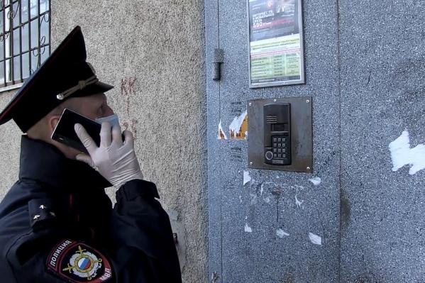 С находящимися на карантине волгоградцами полиция общается по телефону или через домофон