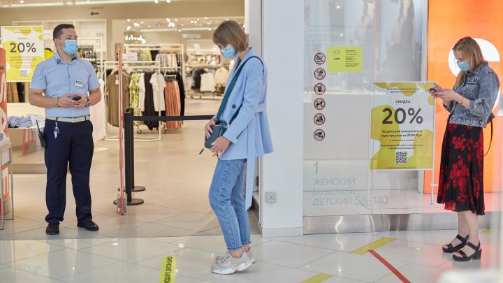 Распродают коллекции, но просят постоять в очереди: как торговые центры работают после открытия