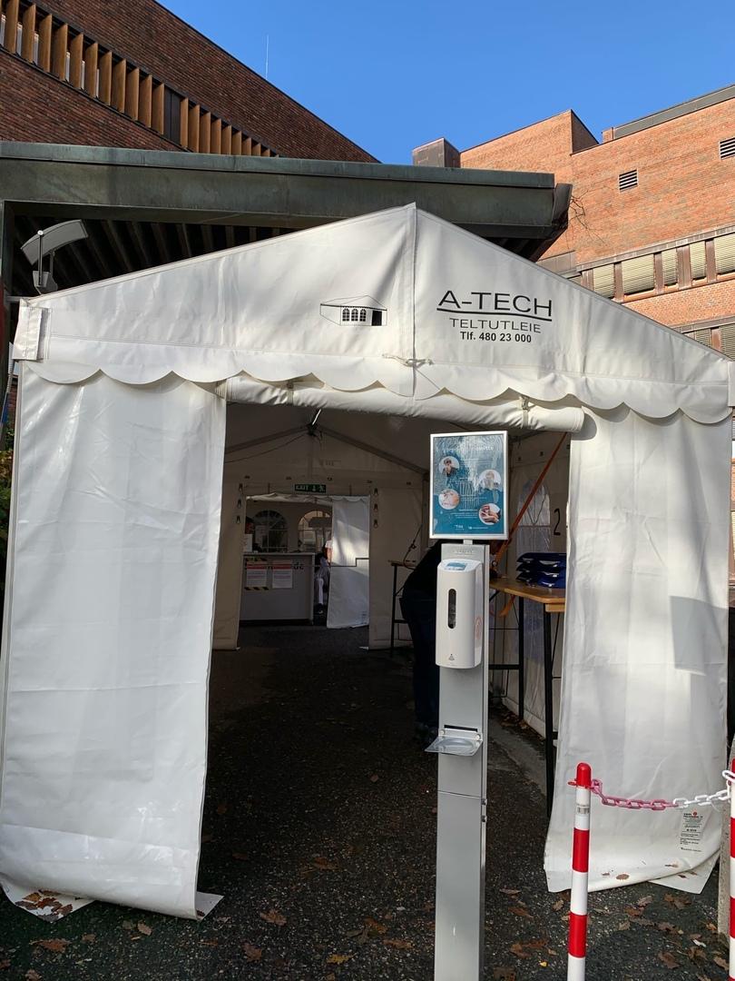 Возле городской больницы есть такие палатки, их поставили на время пандемии<br>