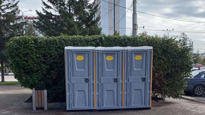 Взамен теплого туалета на Театральной площади установили три уличные кабинки