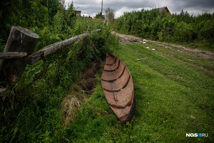 Эту лодку мы встретили на въезде в село<br>