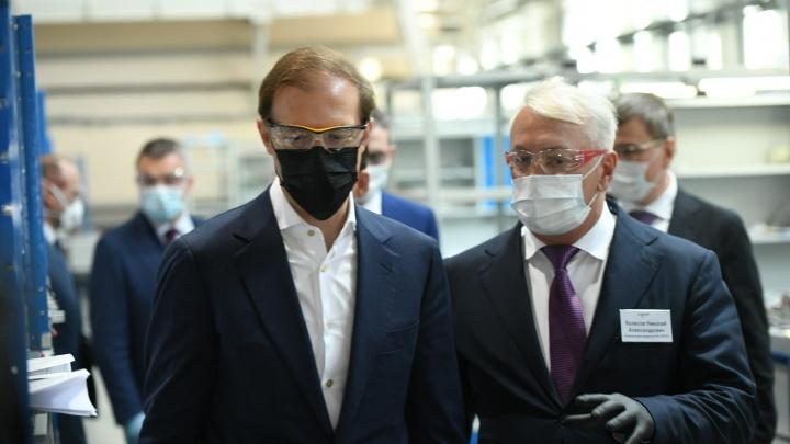 Министр Мантуров приехал на уральский завод по производству ИВЛ и наградил лучших сотрудников