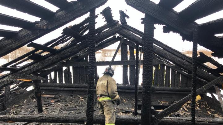 Кровлю не спасли: в Приморском районе пожарные потушили частный дом