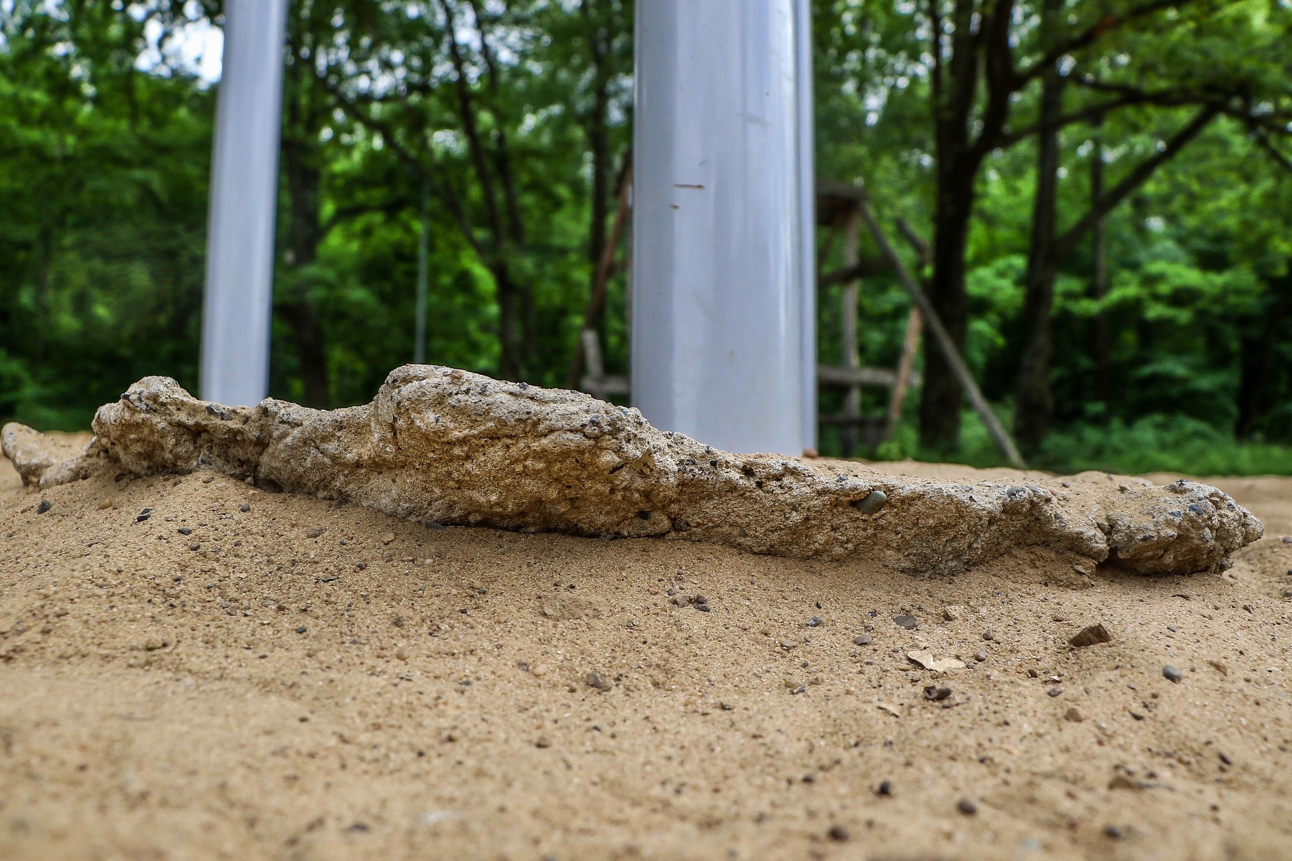 Вы бы отпустили маленьких детей на площадку, где такое торчит из песка?