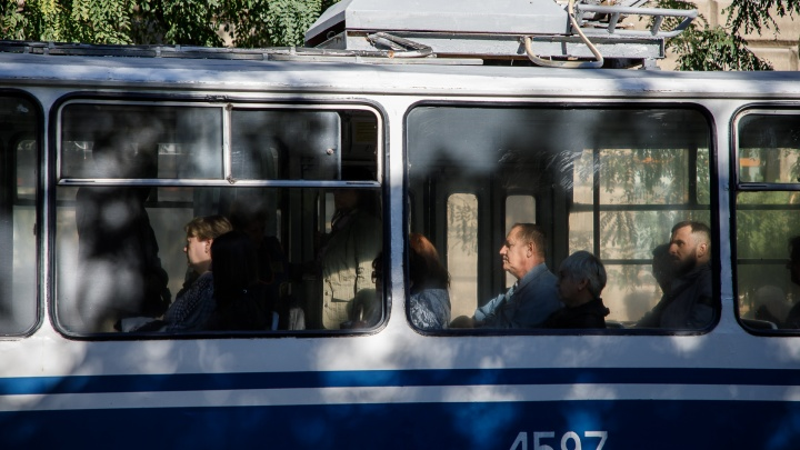 В центре Волгограда две пенсионерки попали в больницу после падения в затормозивших троллейбусах
