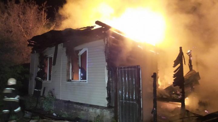 В Цыганском поселке на Юго-Западе сгорел дом, его хозяйке потребовалась помощь врачей
