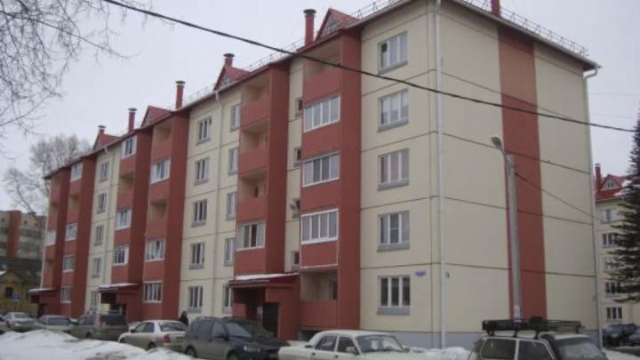 В Омске жильцов аварийного дома переселили в новостройку с трещинами
