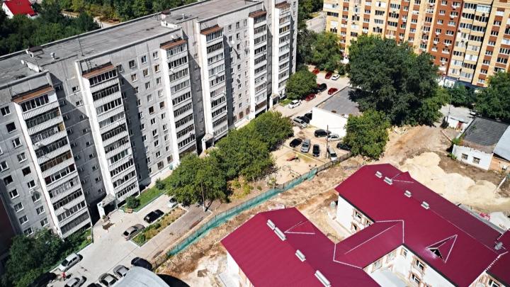 Вместо зеленого — голый двор. Как изменился район на Мельничной после вырубки деревьев