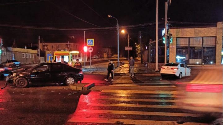 Пассажирка разбила телефон очевидцу: на Второй Продольной в Волгограде столкнулись две иномарки