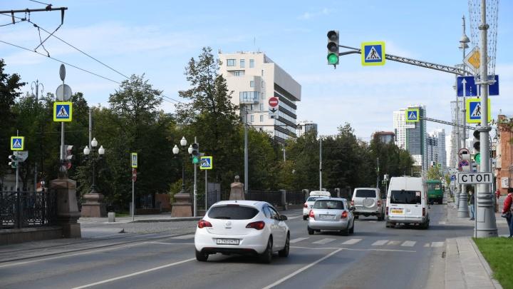 В Екатеринбурге дорожники изменили правила проезда перекрестка Ленина — Хохрякова