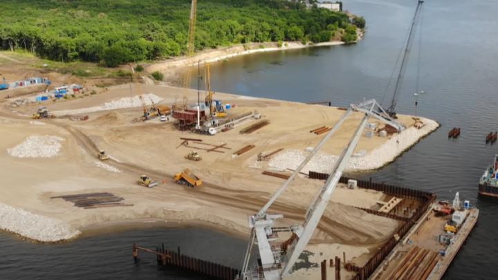 Все дальше в воду: строительство моста через Волгу у Климовки значительно продвинулось