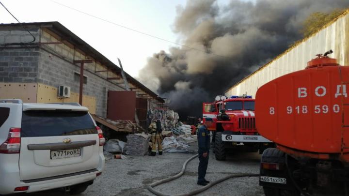 В Батайске загорелся цех с полиматериалами. Пожар тушили со спецпоезда