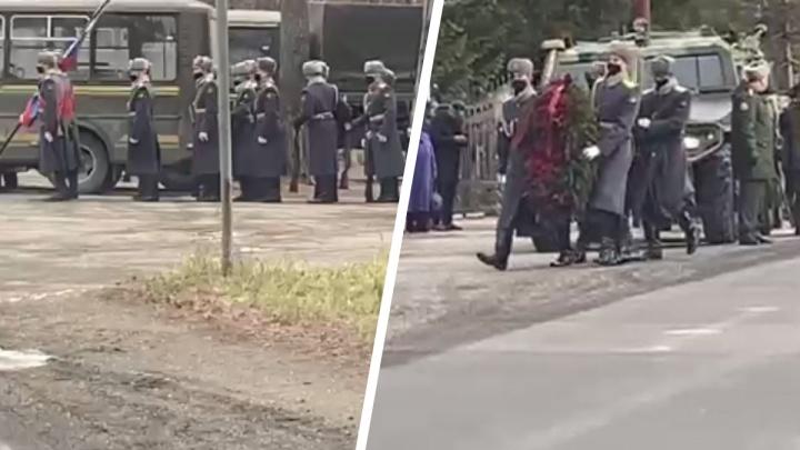К Заельцовскому кладбищу съехались десятки военных машин: рассказываем, кого хоронят с почестями