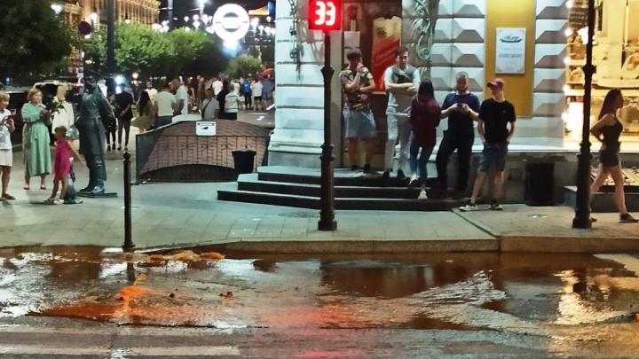 В центре Омска из-за аварии на водопроводе асфальт встал дыбом