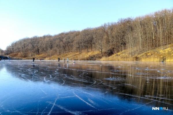 Озера на Щелоковском хуторе, когда покрываются льдом, популярны среди конькобежцев и рыбаков