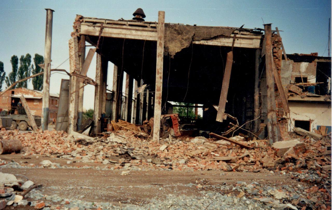 Разрушенное здание гаражей и жилых кубриков утром 3 июля 2000 года: все герои материала жили в этом здании