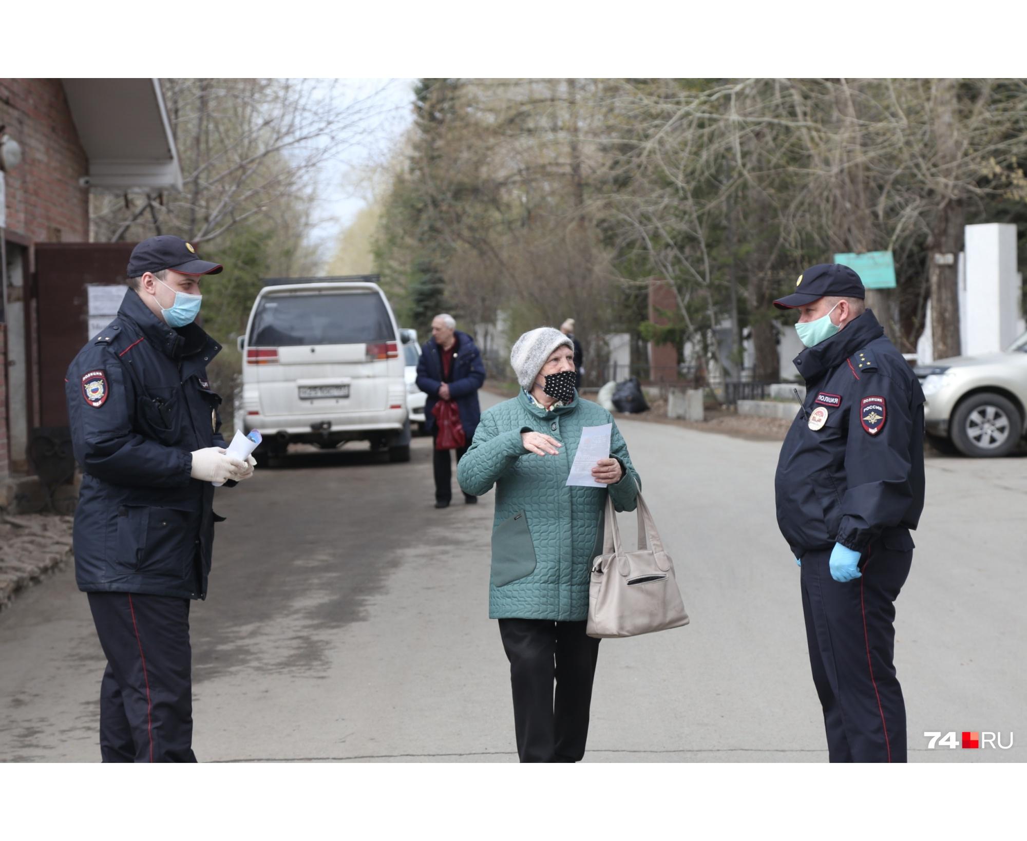 Полиция раздает некоторым памятки, при этом входить не запрещает