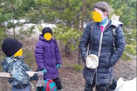 Семью с тремя детьми, которая спряталась от коронавируса в лесу, нашел участковый. Что им грозит