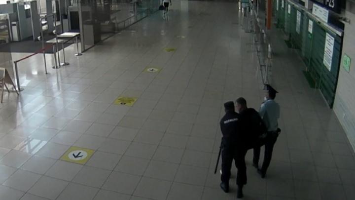 В Кольцово с рейса сняли пьяного дебошира, который собрался лететь в таком виде в Сочи