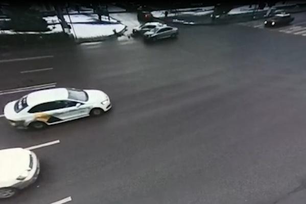 От удара машину с фирменными логотипами отбросило на тротуар