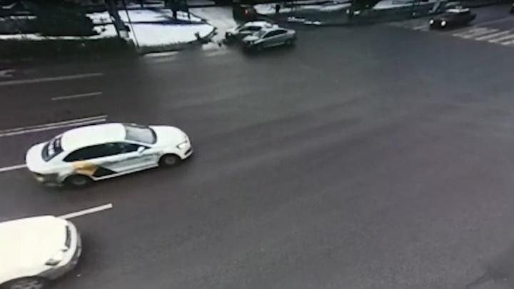 В центре Волгограда разогнавшийся водитель такси устроил серьезную аварию: видео