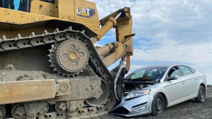 Трактор наехал на машину полиции, на которой сотрудники приехали по сообщению о сливе отходов в Норильске