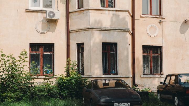 Сочинения Ленина, старая мебель, прилипшие половицы. Какие квартиры сдают студентам в Тюмени — личный опыт