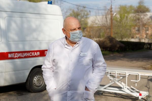 Сергей Захаров, главврач, по словам сотрудников больницы, от них отстранился