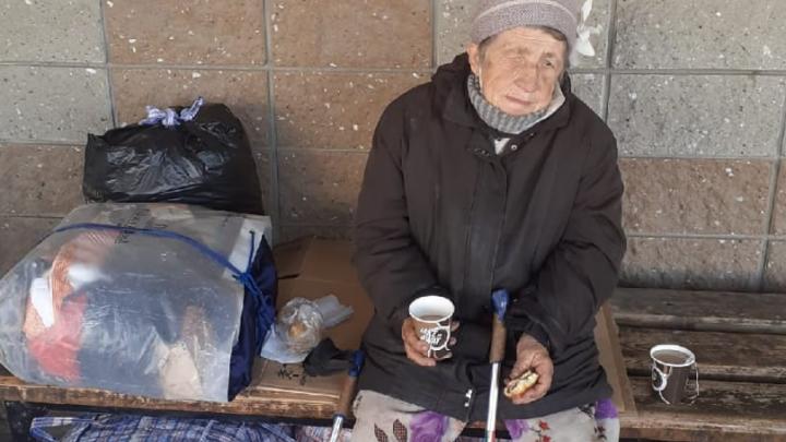 «Ночует на скамейке»: полуслепая бабушка из Башкирии две недели живет на улице
