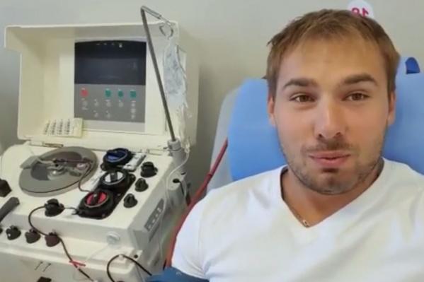 Антон Шипулин сдал плазму вОбластном центре переливания крови в Екатеринбурге