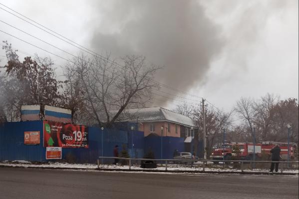 Пожар тушат больше часа