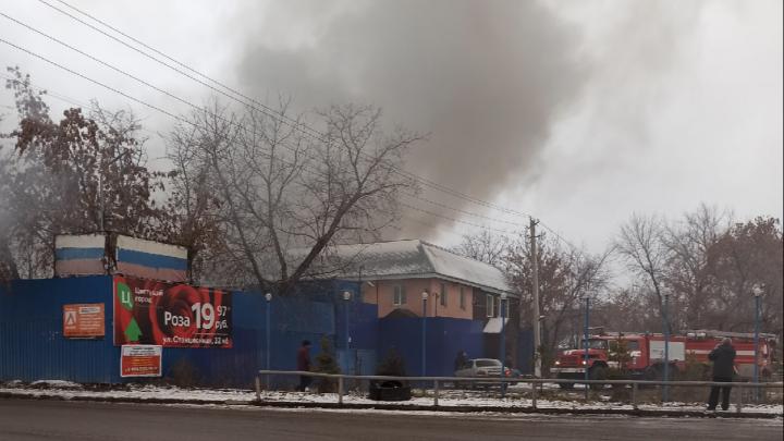 На Большой тушат пожар в частном доме — облако дыма поднялось над улицей
