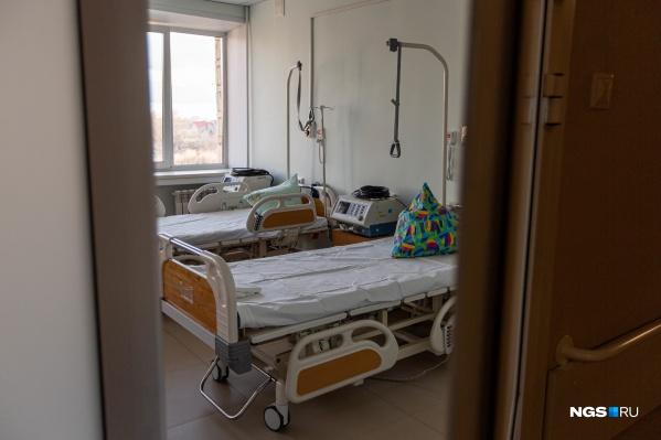 В отделениях реанимации сейчас находятся 88 человек. На ИВЛ — 14 пациентов