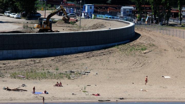 Новосибирцы прорвались на закрытый пляж рядом со стройкой ЛДС
