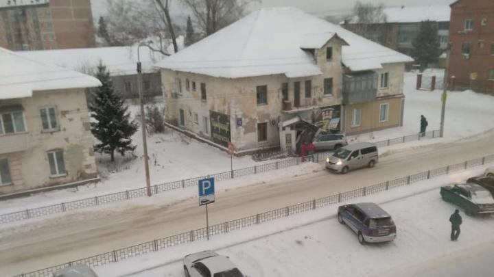Пошел на обгон снегоуборщиков: сибиряк на «Субару» разнес крыльцо пивного магазина
