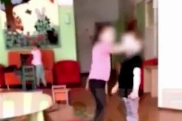 Воспитательница оскорбляла детей и заставляла их бить друг друга для видео