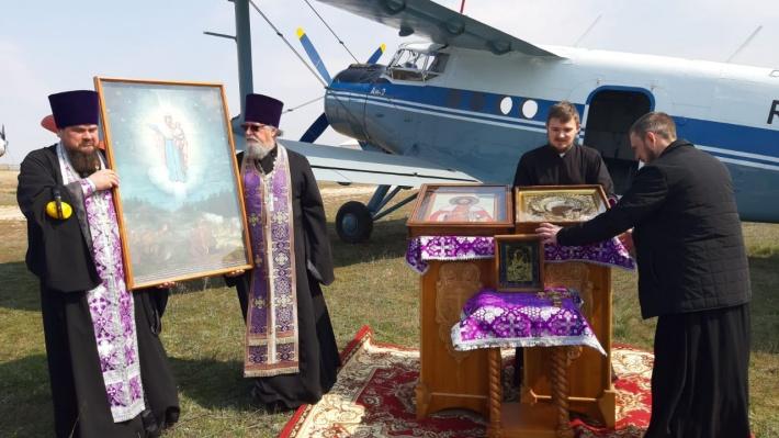 Священники летают над Россией, чтобы изгнать коронавирус. Посмотрите на это