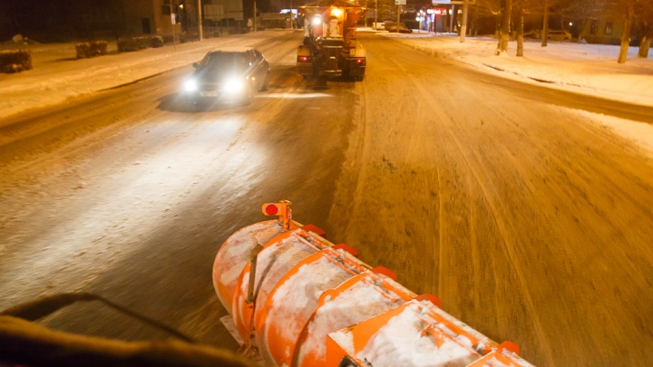 Первый снег с дорог Волгограда сметают три десятка спецмашин