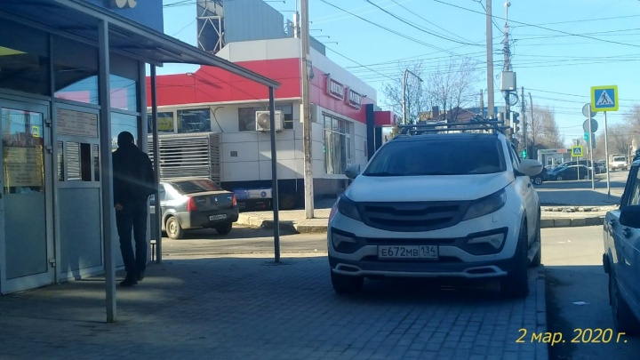 «Видимо, проголодался сильно»: автохам в центре Волгограда едва не въехал в ларек фастфуда