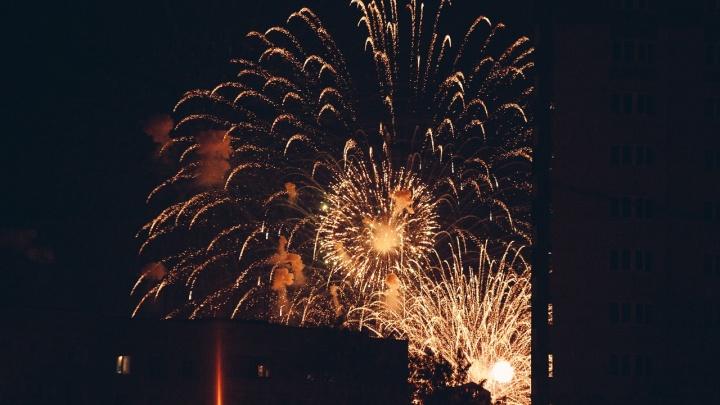 Салют в прямом эфире и концерты во дворах. Как в Тюмени прошел День Победы в эпоху коронавируса