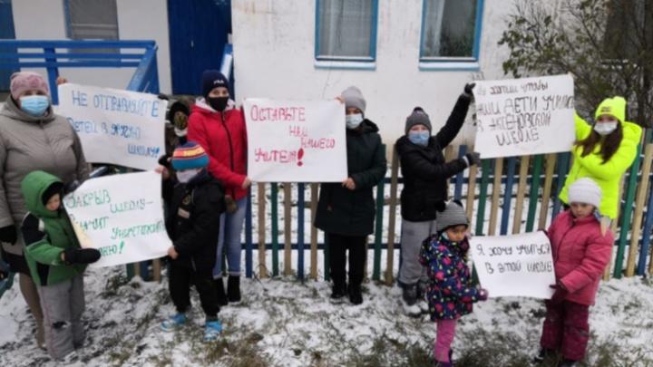 В Омской области учительнице, которая пикетировала против закрытия школы, нашли работу
